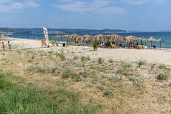 CHALKIDIKI, ŚRODKOWY MACEDONIA GRECJA, SIERPIEŃ, - 26, 2014: Seascape Assa Maris plaża Agios Nikolaos przy Sithonia półwysepem Fotografia Royalty Free