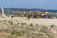 CHALKIDIKI, ŚRODKOWY MACEDONIA GRECJA, SIERPIEŃ, - 26, 2014: Seascape Assa Maris plaża Agios Nikolaos przy Sithonia półwysepem Obraz Royalty Free
