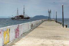 CHALKIDIKI, ЦЕНТРАЛЬНАЯ МАКЕДОНИЯ, ГРЕЦИЯ - 25-ОЕ АВГУСТА 2014: Панорама береговой линии городка Neos Marmaras на полуострове Sit Стоковое Изображение