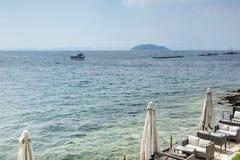 CHALKIDIKI CENTRALA MAKEDONIEN, GREKLAND - AUGUSTI 25, 2014: Panorama av kustlinjen av staden av Neos Marmaras på den Sithonia ha Royaltyfri Fotografi