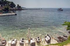 CHALKIDIKI CENTRALA MAKEDONIEN, GREKLAND - AUGUSTI 25, 2014: Panorama av kustlinjen av staden av Neos Marmaras på den Sithonia ha Arkivfoton