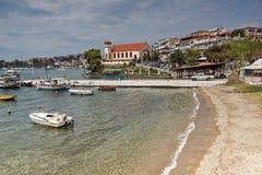 CHALKIDIKI CENTRALA MAKEDONIEN, GREKLAND - AUGUSTI 25, 2014: Panorama av kustlinjen av staden av Neos Marmaras på den Sithonia ha Royaltyfri Foto