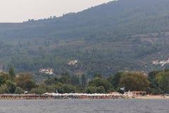 CHALKIDIKI CENTRALA MAKEDONIEN, GREKLAND - AUGUSTI 25, 2014: Panorama av kustlinjen av staden av Neos Marmaras på den Sithonia ha Royaltyfria Bilder
