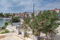 CHALKIDIKI CENTRALA MAKEDONIEN, GREKLAND - AUGUSTI 25, 2014: Panorama av kustlinjen av staden av Neos Marmaras på den Sithonia ha Fotografering för Bildbyråer
