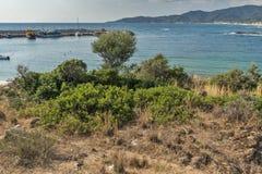 CHALKIDIKI CENTRALA MAKEDONIEN, GREKLAND - AUGUSTI 26, 2014: Seascape av den Achlada stranden på den Sithonia halvön, Chalkidiki Royaltyfri Fotografi