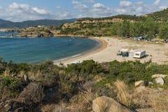 CHALKIDIKI CENTRALA MAKEDONIEN, GREKLAND - AUGUSTI 26, 2014: Seascape av den Achlada stranden på den Sithonia halvön, Chalkidiki Fotografering för Bildbyråer