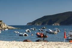 CHALKIDIKI CENTRALA MAKEDONIEN, GREKLAND - AUGUSTI 25, 2014: Seascape av den Kalamitsi stranden på Chalkidiki, centrala Makedonie Fotografering för Bildbyråer