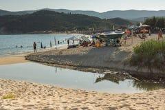 CHALKIDIKI CENTRALA MAKEDONIEN, GREKLAND - AUGUSTI 25, 2014: Seascape av den Kalamitsi stranden på Chalkidiki, centrala Makedonie Royaltyfria Bilder