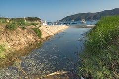 CHALKIDIKI CENTRALA MAKEDONIEN, GREKLAND - AUGUSTI 25, 2014: Seascape av den Kalamitsi stranden på Chalkidiki, centrala Makedonie Royaltyfri Bild