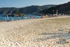 CHALKIDIKI CENTRALA MAKEDONIEN, GREKLAND - AUGUSTI 25, 2014: Seascape av den Kalamitsi stranden på Chalkidiki, centrala Makedonie Royaltyfri Foto