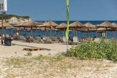 CHALKIDIKI CENTRALA MAKEDONIEN, GREKLAND - AUGUSTI 25, 2014: Seascape av den Kalamitsi stranden på Chalkidiki, centrala Makedonie Royaltyfri Fotografi