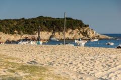 CHALKIDIKI CENTRALA MAKEDONIEN, GREKLAND - AUGUSTI 25, 2014: Seascape av den Kalamitsi stranden på Chalkidiki, centrala Makedonie Arkivfoton