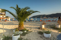 CHALKIDIKI CENTRALA MAKEDONIEN, GREKLAND - AUGUSTI 25, 2014: Seascape av den Kalamitsi stranden på Chalkidiki, centrala Makedonie Royaltyfria Foton