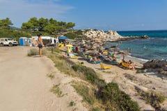 CHALKIDIKI CENTRALA MAKEDONIEN, GREKLAND - AUGUSTI 26, 2014: Seascape av den orange stranden Kavourotripes på den Sithonia halvön Royaltyfri Fotografi