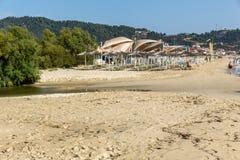 CHALKIDIKI CENTRALA MAKEDONIEN, GREKLAND - AUGUSTI 26, 2014: Seascape av den Sarti stranden på den Sithonia halvön, Chalkidiki Arkivfoton
