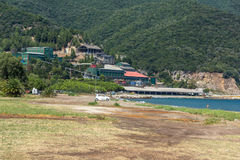 CHALKIDIKI CENTRALA MAKEDONIEN, GREKLAND - AUGUSTI 26, 2014: Seascape av den Stratoni stranden på Chalkidiki, centrala Makedonien Fotografering för Bildbyråer