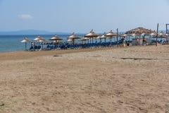 CHALKIDIKI CENTRALA MAKEDONIEN, GREKLAND - AUGUSTI 26, 2014: Seascape av den Stratoni stranden på Chalkidiki, centrala Makedonien Royaltyfri Foto