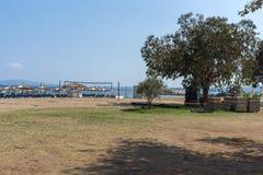 CHALKIDIKI CENTRALA MAKEDONIEN, GREKLAND - AUGUSTI 26, 2014: Seascape av den Stratoni stranden på Chalkidiki, centrala Makedonien Arkivfoto