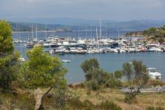 CHALKIDIKI CENTRALA MAKEDONIEN, GREKLAND - AUGUSTI 26, 2014: Seascape av port på den Sithonia halvön, Chalkidiki, centrala Makedo Royaltyfria Bilder