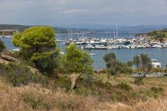 CHALKIDIKI CENTRALA MAKEDONIEN, GREKLAND - AUGUSTI 26, 2014: Seascape av port på den Sithonia halvön, Chalkidiki, centrala Makedo Royaltyfri Fotografi