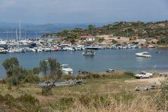 CHALKIDIKI CENTRALA MAKEDONIEN, GREKLAND - AUGUSTI 26, 2014: Seascape av port på den Sithonia halvön, Chalkidiki, centrala Makedo Royaltyfri Foto