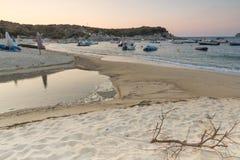CHALKIDIKI CENTRALA MAKEDONIEN, GREKLAND - AUGUSTI 26, 2014: Solnedgångsikt av den Kalamitsi stranden på den Sithonia halvön, Cha Arkivfoton