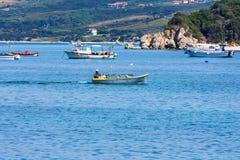 CHALKIDIKI, GRÉCIA - CERCA DO JUNHO DE 2011: Pescadores gregos nos barcos Imagens de Stock