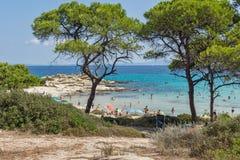 CHALKIDIKI, MACEDONIA CENTRAL, GRECIA - 26 DE AGOSTO DE 2014: Paisaje marino de la playa Vourvourou de Karidi en la península de  Imagen de archivo libre de regalías