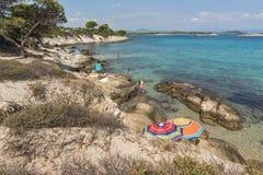 CHALKIDIKI, MACEDONIA CENTRAL, GRECIA - 26 DE AGOSTO DE 2014: Paisaje marino de la playa Vourvourou de Karidi en la península de  Imágenes de archivo libres de regalías