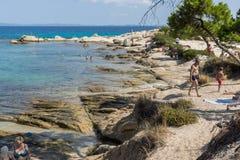 CHALKIDIKI, MACEDONIA CENTRAL, GRECIA - 26 DE AGOSTO DE 2014: Paisaje marino de la playa Vourvourou de Karidi en la península de  Foto de archivo