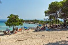 CHALKIDIKI, MACEDONIA CENTRAL, GRECIA - 26 DE AGOSTO DE 2014: Paisaje marino de la playa Vourvourou de Karidi en la península de  Imagen de archivo