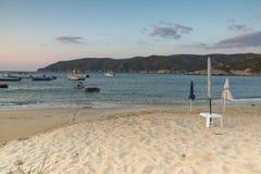 CHALKIDIKI, MACEDONIA CENTRALE, GRECIA - 26 AGOSTO 2014: Tramonto stupefacente sulla spiaggia di Kalamitsi alla penisola di Sitho Immagine Stock Libera da Diritti