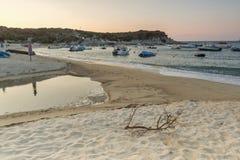 CHALKIDIKI, MACEDONIA CENTRALE, GRECIA - 26 AGOSTO 2014: Tramonto stupefacente sulla spiaggia di Kalamitsi alla penisola di Sitho Fotografia Stock