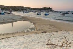CHALKIDIKI, MACEDONIA CENTRALE, GRECIA - 26 AGOSTO 2014: Tramonto stupefacente sulla spiaggia di Kalamitsi alla penisola di Sitho Fotografie Stock