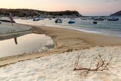 CHALKIDIKI, MACEDONIA CENTRALE, GRECIA - 26 AGOSTO 2014: Tramonto stupefacente sulla spiaggia di Kalamitsi alla penisola di Sitho Immagini Stock