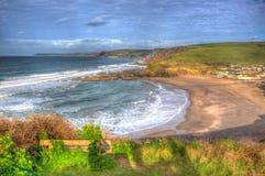 Challaboroughbaai en populair het surfen van Devon England het UK van het kustzuiden strand dichtbij Burgh Eiland en bigbury-op-O stock afbeeldingen