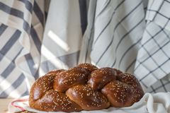Challah chleb na drewnianym talerzu na drewnianym stole fotografia stock