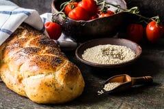 Challahen är ett judiskt bröd som festar på träbräden Arkivbild