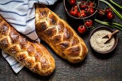 Challahen är ett judiskt bröd som festar på träbräden Arkivfoto