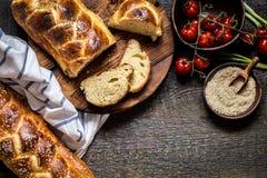 Challahen är ett judiskt bröd som festar på träbräden Fotografering för Bildbyråer