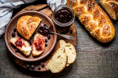Challahen är ett judiskt bröd som festar på träbräden Royaltyfri Fotografi