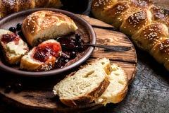 Challahen är ett judiskt bröd som festar på träbräden Royaltyfria Bilder