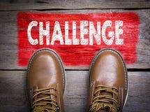 challenge Bästa sikt av kängan på träbakgrund Arkivfoto