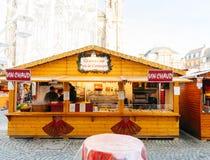 Challet de stalle du marché de Noël vendant le vin et les bonbons chauds Image stock