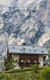 Challet en montañas de las dolomías Imagen de archivo libre de regalías