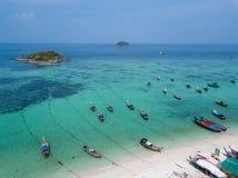 Chaloupes sur la mer d'Andaman de plage de Koh Lipe, image stock