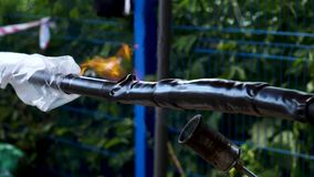 chalumeau Vue Plan rapproché de travail avec le chalumeau sur la rue sur le fond des arbres Torréfaction des tuyaux avec le brûle banque de vidéos