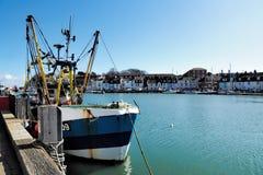Chalutier de pêche au port de Weymouth Photographie stock