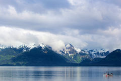 Chalutier de pêche, chaîne de montagne et ciel Image libre de droits
