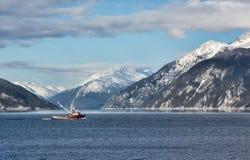 Chalutier de pêche dans la crique de transport Photographie stock libre de droits